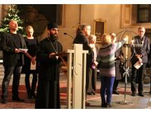 Arkimandrit Jean Mansour ledde bön samtidigt som man tände ljus.