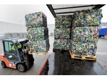 Aluminiumsballer lastes på trailer