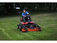 Man som klipper gräset