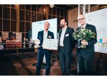 Michael Kirschner von der Barmenia Versicherung nimmt den Nachhaltigkeitspreis von Marc Gebauer und Olaf Dubbert (beide Lyreco) entgegen
