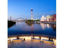 Düsseldorf_Rheinufer_mit_Rheinturm_und_Neuem_Zollhaus