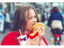 Mädchen mit Burger und Fritten