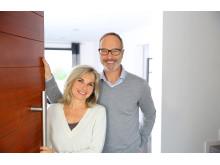 Paar öffnet die Tür zum Ferienhaus