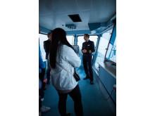 Kapitän Niklas Nordlund mit Studierenden der HFT Luzern auf der Brücke. Bild: Sara Furrer | sarafurrer.ch