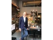 """Frédéric Brochet välkomnar in i """"sitt"""" kök, La Cornue, inför lanseringen av dessertvinet Brochet Quarts de Chaume Grand Cru"""
