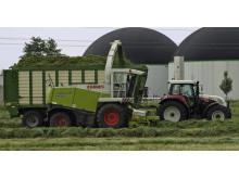 Foto: Erntezeit: Bayernwerk bittet Landwirte um Vorsicht bei der Arbeit unter Stromleitungen