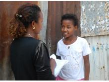 Tsion i Etiopien blir intervjuad