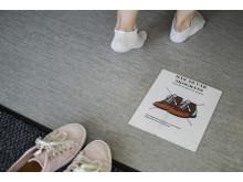 Ta av dig skorna - så slipper du engångstossor. Gropens förskola i Göteborg.