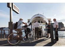 Resenärer kliver ombord vid Strömkajen