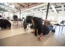 Jobbsökande visar sin fysiska styrka genom klassiska armhävningar