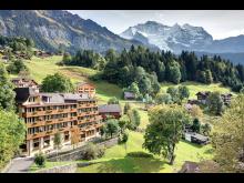 Hotel Alpenrose in Wengen mit Bergkulisse.©Ursula Binder