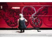 Ebba Chambert är en av konstnärerna som skapar rullande konstverk för Västtrafik.