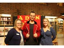 Bibliotekarierna Annica Hyllenstrand (till vänster) och Emma Arnälv (till höger) tillsammans med trollkarlen Adin under tisdagens familjekväll.