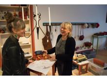 Pia Hansson och Sofie Henryson förbereder Midvinterfest.