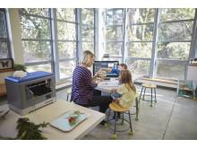 En lærer hjelper to elever med å bruke Sprout Pro by HP og Dremel 3D Printer til å et prosjektarbeid HP20160106587