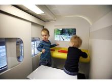 Barn testar SJs nya lekhörna