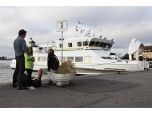 Väntande resenärer i Vaxholm