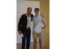 Nikolaj Bossow Andersen modtager legat af Tom Madsen fra Ejendomsmægler John Frandsen.