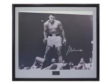 "Memorabilia Sportlegender 5/6, Nr: 9, FOTOGRAFI, ""Ali over Liston"", Mohammed Ali, med autograf"
