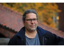 Jens Edlund. Han är universitetslektor på avdelningen Tal, musik och hörsel vid KTH, ska bidra till att robotarna snacka svenska i framtiden. Foto: Peter Ardell.