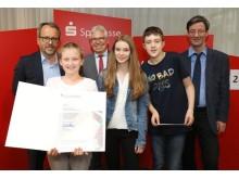 """Als Abgesandte des Redaktionsteams der """"SMG-Nachrichten"""" nahmen Leni, Julia und Niklas (vordere Reihe, von links nach rechts) ihren Preis entgegen. (Foto: Andreas Stindl)"""