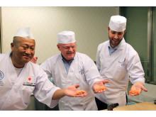Fiskeriminister Per Sandberg og fiskeriutsending Gunvar L. Wie får et lynkurs i sushi av vedensmesteren