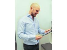 Kristian Andersson, försäljningschef A-hus, testar nya Husbyggaren på a-hus.se.