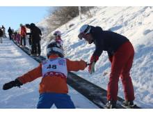 Barn och föräldrar åker skidor i Hammarbybacken under World Snow Day 2016