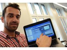 Automasjonsingeniør Norbert Zawadka sjekker om testene samsvarer med SD-anlegget.