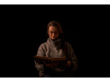 Suzanne Reuter läser Sagan om Minou som skapade fred