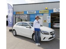 Onnellinen tuliterän Mercedes-Benzin voittaja Päivi Nakari