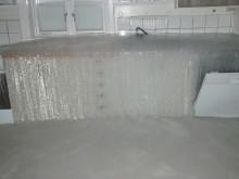 En vattenledning har sprungit läck i köket i ett fritidshus.