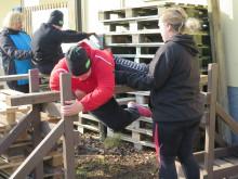 Malin och Louise tränar på att klättra över hinder