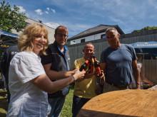 Die Karlsberg-Mitarbeiter Margit Beetz (von links nach rechts), Andre Colle, Michael Berger und Stefan Brass stoßen mit einem Karlsberg Bock auf den Erfolg beim Meininger's International Craft Beer Award an. Foto: Karlsberg/ Stephan Bonaventura