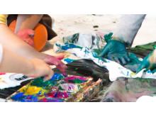Barnen designar sin egen karnevalströja inför Hammarkullekarnevalen.