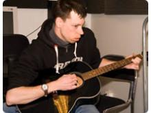 Tonårig kille spelar gitarr