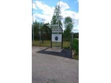 Laddstation med skydd Utopia, utanför Team Tejbrants fabrik i Hultsfred.