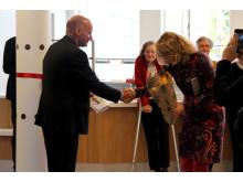 Byråd Geir Lippestad overrakte blomster til bydelsutvalgsleder i Østensjø, Kristin Sandaker.