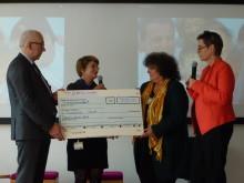 Übergabe des Goldenen Internetpreises an Susanna Saxl (Mitte)