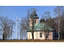 Kyrka med vindkraftverk
