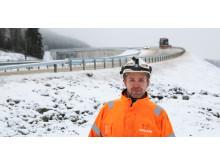 Anleggsarbeider Thomas Strand foran den nye brua over jernbanen på Vintermyr i Nord-Trøndelag.