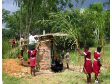 Studenter bygger en Blair VIP latrin