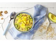 En smoothiebowl med mango og avokado kan være et deilig kveldsmåltid eller kveldskos.