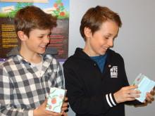 Lysaker skole - Fredrik og Magnus planter tomatfrø