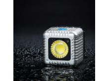 Lume Cube, silver med svart bakgrund och vattenstänk