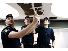 Hans Örtendahl, Anders Lindberg och Krister Olofsson på Klarapolisen hjälper till att måla Sergels torg