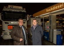 Administrerende direktør Geir Moe (tv) i NLF og Thomas Støkken, Norgessjef i Statoil Fuel & Retail, signerte i dag landets største drivstoffavtale på Statoil Økern i Oslo.