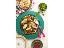 Majsiga kycklingbröst, fyllda med mynta-labneh och valnötter, serverade med ugnsrostade grönsaker och hummus