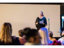 En begeistret kultursjef Line M. Rustad ønsket Skrå lykke til med satsningen. Foto: Lars Bryhn Nyland / LB studio