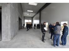 De nye indendørs arealer tages i øjesyn af de fremmødte gæster